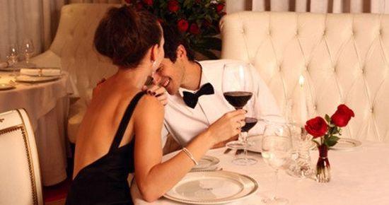 За столом мужчина сидит от своей дамы по какую руку